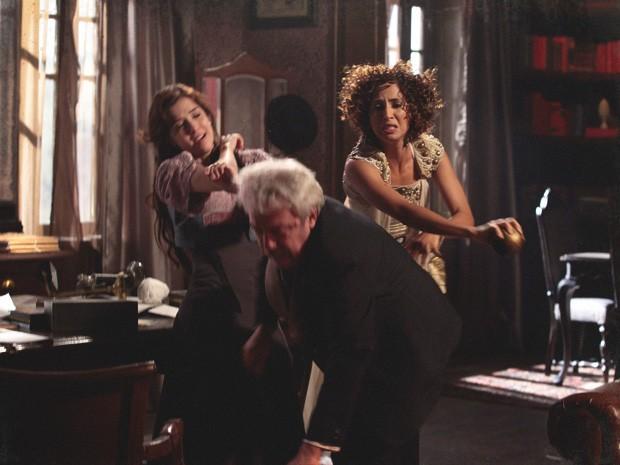 Isabel acerta um peso de papel na cabeça do senador, que desmaia (Foto: Lado a Lado/TV Globo)