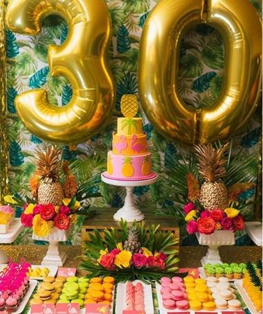 Festa do abacaxi para quem curte muita extravagância: abuse das cores fortes nos docinhos, flores e bolo para contrastar com o fundo estampado. As frutas tingidas com spray dourado dão um toque de ousadia à decoração como nenhum outro enfeite. (Foto: Reprodução/Pinterest)