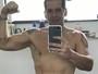 Leandro Hassum assume fotos no espelho e entrega: 'Minha filha fala que são cafonas'