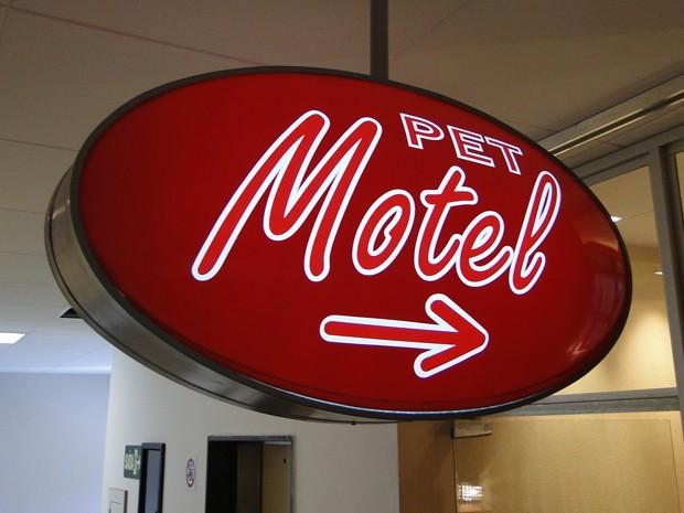 Placa do 'Pet Motel' indica o ninho de amor dos bichinhos. (Foto: Alex Araújo/G1)