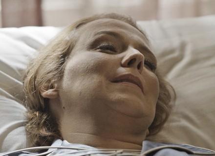 Final de 'Além do Tempo': Emília acorda do coma e chama por Vitória