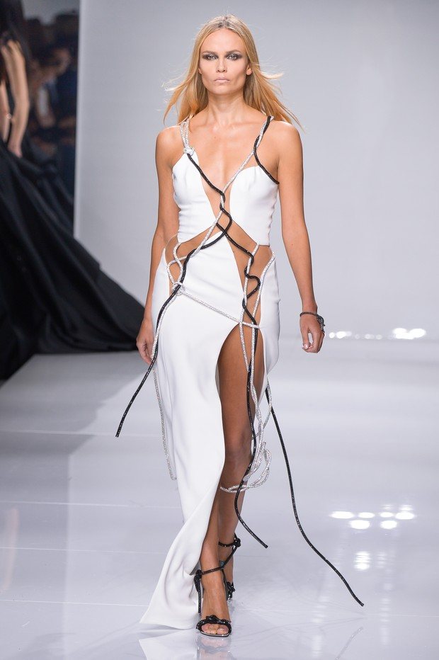 Natasha Poly no desfile da Atelier Versace em Paris (Foto: Getty)