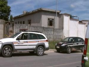 Mulher foi encontrada morta, pela irmã em Divinópolis (Foto: Reprodução/TV Integração)
