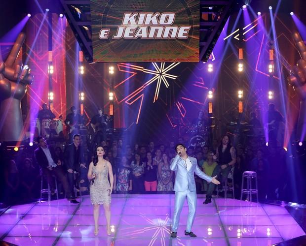 """Kiko e Jeanne sobem ao palco e cantam 'Sapato Velho' no Tira-teima Irmãos trazem emoção ao The Voice Brasil com clássico do grupo Roupa Nova 20/11/2014 às 22h39 Atualizado em 21/11/2014 às 11h58 Os irmãos Kiko e Jeanne, cantam a música """"Sapato Velho"""", do (Foto: Isabela Pinheiro/Gshow)"""