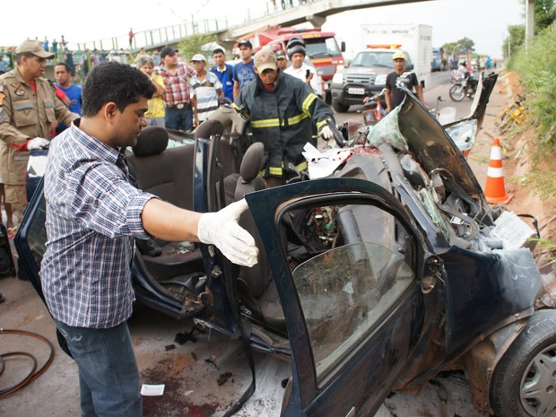 As duas pessoas que estavam no táxi morreram no local do acidente (Foto: Antônio Pinheiro/Divulgação)