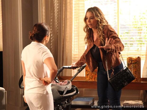 Adriana acaba ajudando Amarilys (Foto: Carol Caminha)