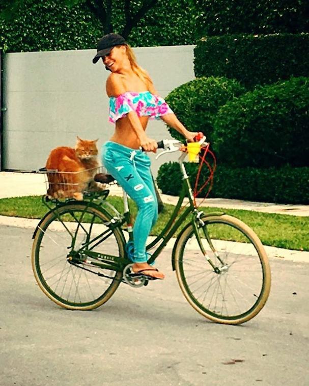 Carolina Dieckmann com Kibe na cestinha (Foto: Reprodução/Instagram)