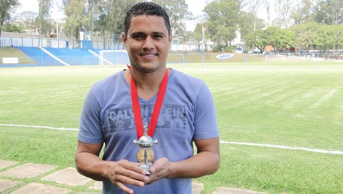 Marcelo Ramos ao lado de sua foto no painel do Cruzeiro (Foto: Léo Simonini / Globoesporte.com)