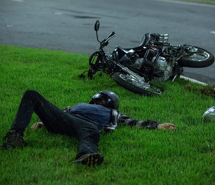 Giovanni é atingido por veículo de bandidos e cai de moto (Foto: Felipe Monteiro/Gshow)