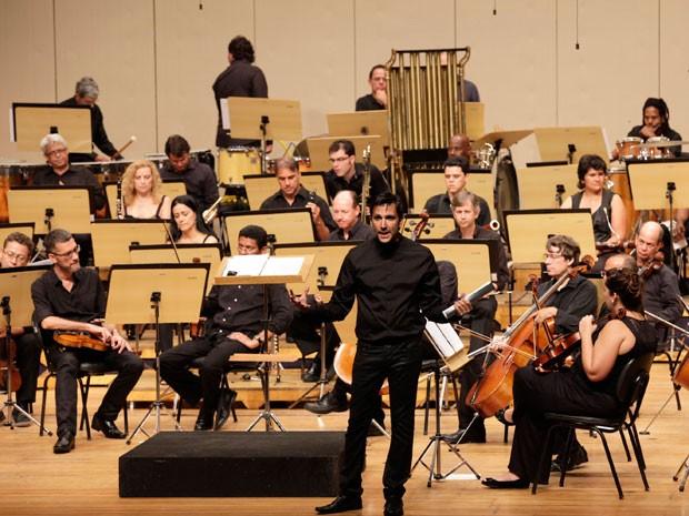 Maestro Carlos Prazeres junto com a Orquestra Sinfônica da Bahia (OSBA) (Foto: Adenor Gondim/ Divulgação)