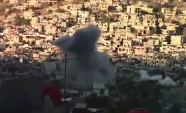 Reprodução de vídeo mostra fumaça saindo de edifícios atacados por tropas sírias perto da capital. (Foto: AFP)