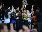 Em São Paulo, Naldo dança no palco rodeado de fãs