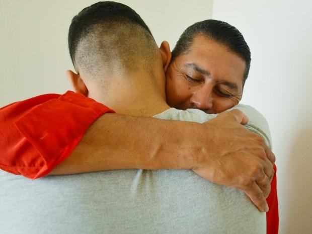 Rafael*, de 18 anos, reencontrou o pai que achava estar morto (Foto: Adriano Oliveira/G1)