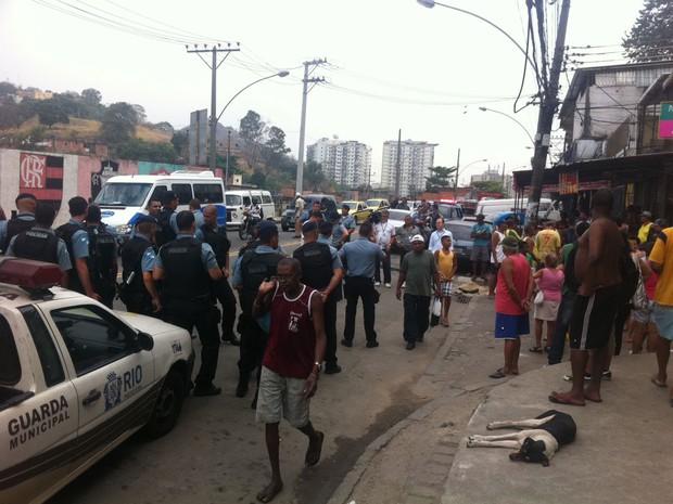 Moradores da Mangueira reclamam que falta luz há três dias na comunidade (Foto: Cristiane Cardoso/G1)