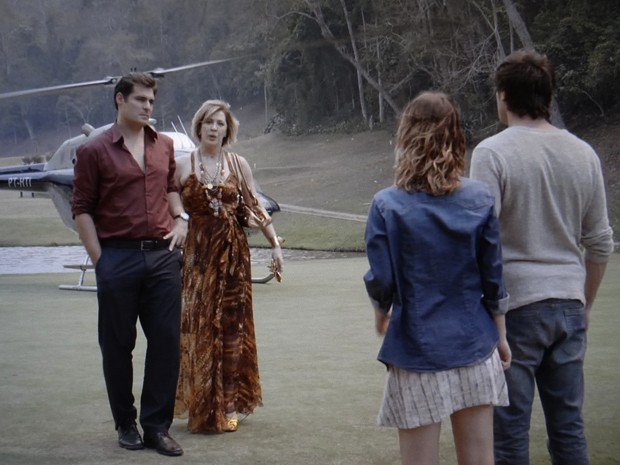 Marcos e Samantha encontram Laura e Caíque (Foto: TV Globo)