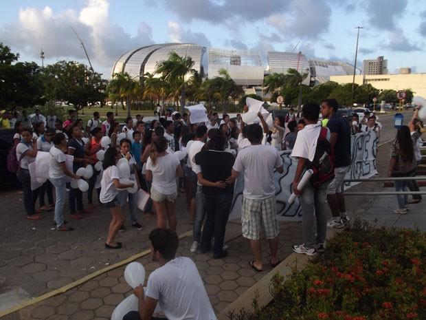 Familiares e amigos protestam após morte de Flávio Augusto, torcedor do ABC assassinado a tiros em novembro em Natal (Foto: Arthur Barbalho/G1)