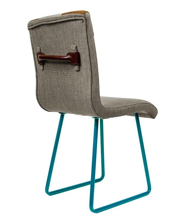 Cadeiras de jantar com alças – como se fossem gavetas – nas costas (Foto: Divulgação)