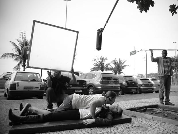 Rômulo Neto encena tombo com Letício Birkheuer (Foto: Raphael Dias/TV Globo)