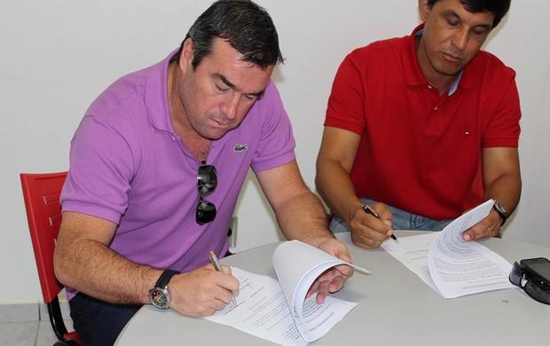 Pintado assina contrato com o Botafogo-SP (Foto: Rogério Moroti/Ag. Botafogo)