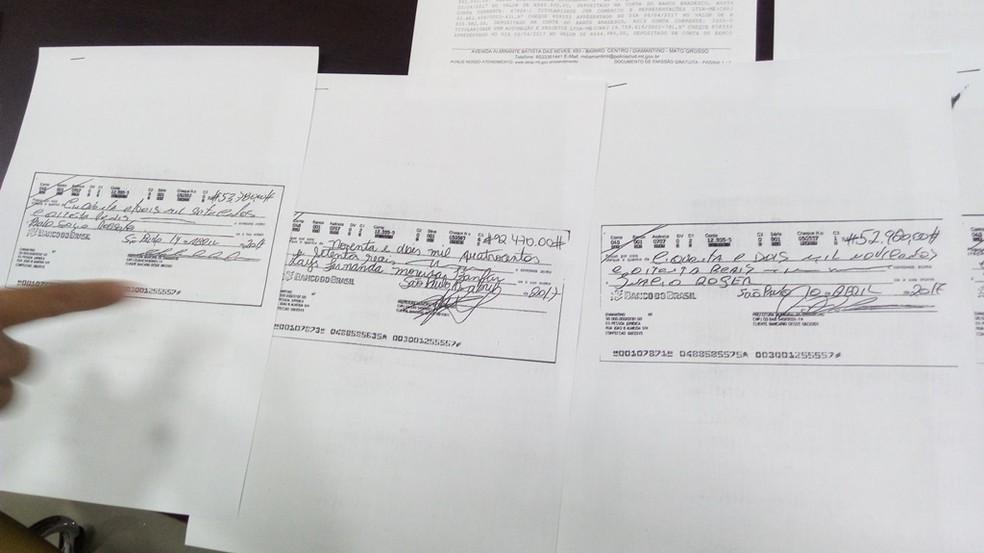 Cópias de cheques falsificados foram entregues à polícia (Foto: Assessoria/ Prefeitura de Diamantino - MT)