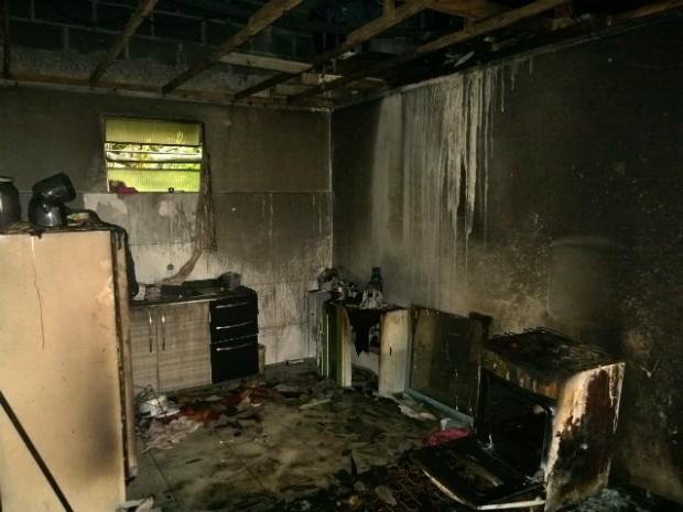 Incêndio em casa de alvenaria deixou duas garotas, de 12 e 18 anos, gravemente feridas (Foto: Rodrigo Brito / RPC TV)