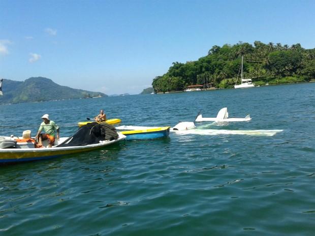 Após pouso forçado e afundar, aeronave foi rebocada (Foto: Ângela Mello/Arquivo Pessoal)