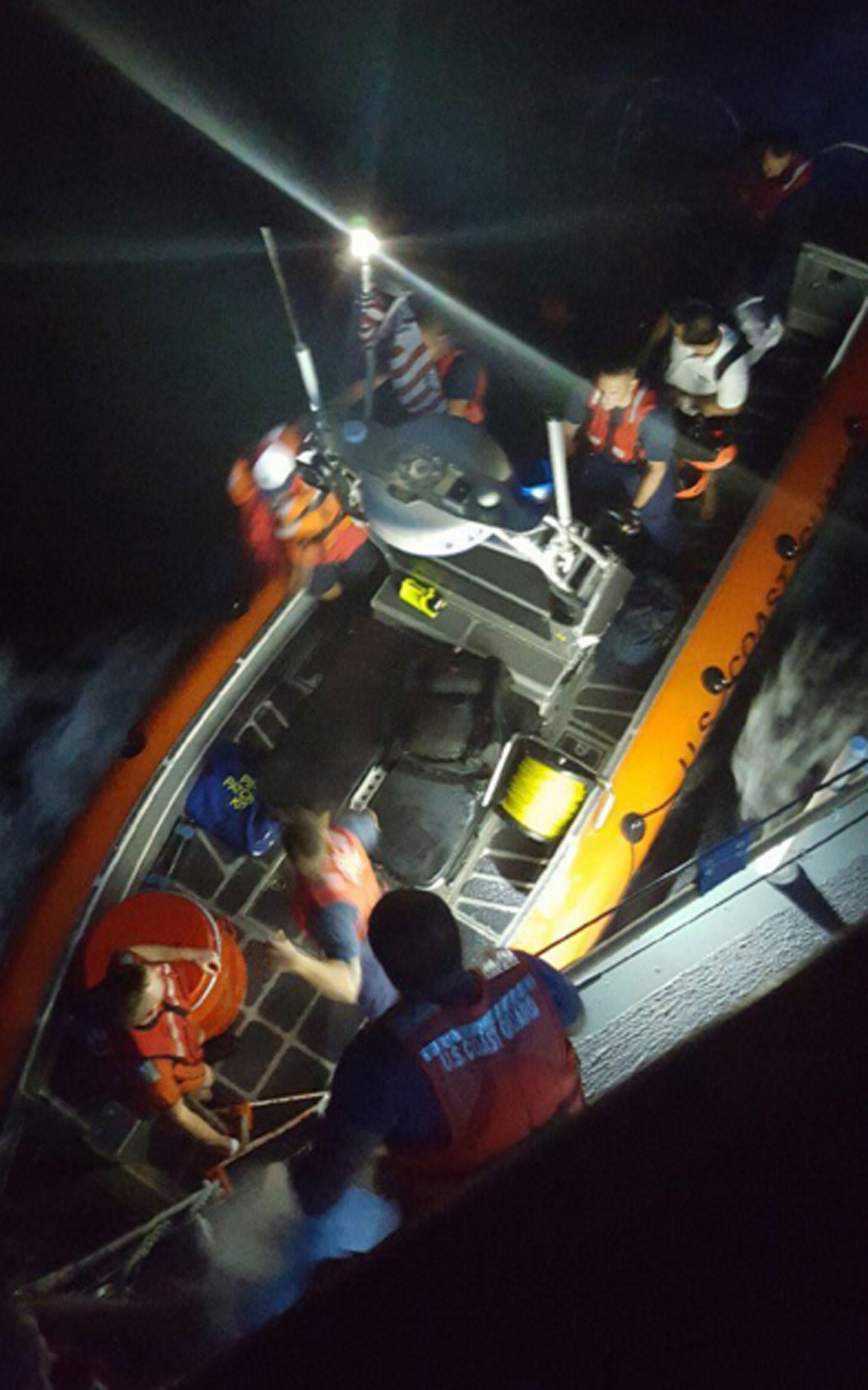 Imagem do resgate divulgada pela Guarda Costeira americana (Foto: Reprodução/Twitter/USCGSoutheast)
