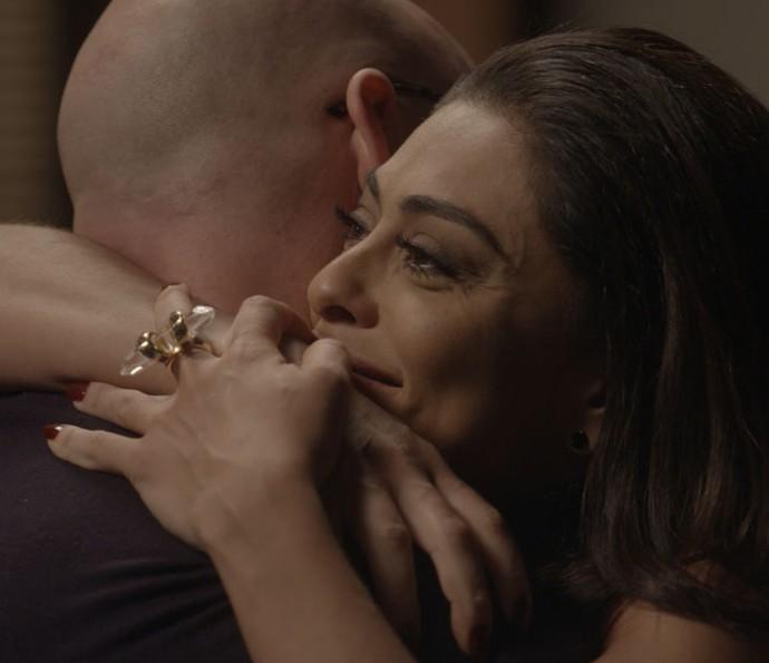 Carolina fica emocionada ao ouvir proposta do amigo (Foto: TV Globo)