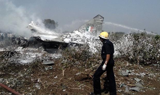 Piloto escapa em queda de avião militar na Índia (Foto: AFP)