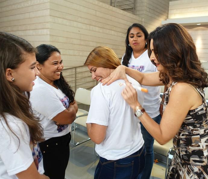 Fátima autografando camisa de fã (Foto: Juliana Hippertt/Gshow)