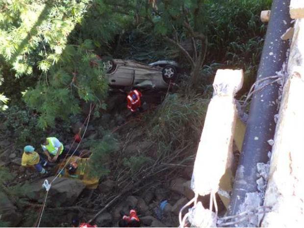 Motorista não viu carreta e carro caiu em ponte (Foto: Polícia Rodoviária Federal/Divulgação)