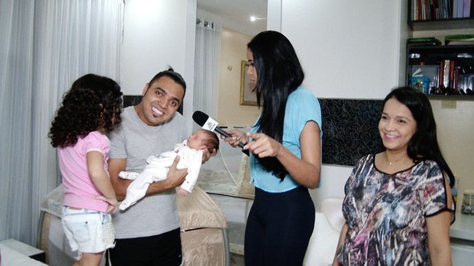 Niara Meireles visita Tirullipa e as mulheres da sua vida, as filhas Layla, Lunna e a mulher Stefânia. (Foto: Produção / Se Liga VM)