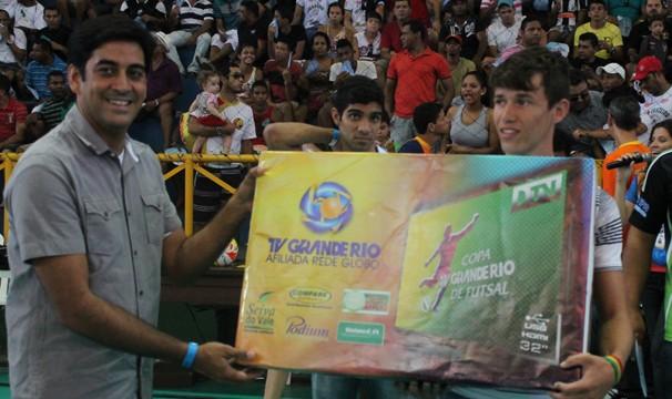 Vitor de Dormentes recebe a premiação do apresentador do Globo Esporte PE George Guilherme (Foto: Emerson Rocha)