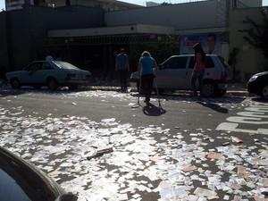 Mulher usando muletas é obrigada a passar por cima dos papéis em Piracicaba (Foto: Marco Guarizzo/G1)