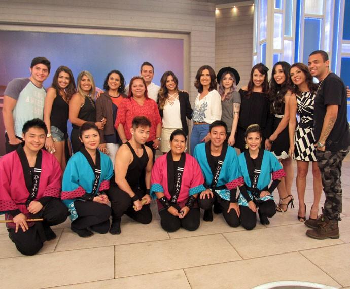 Após o 'Encontro', Fátima tira foto com os convidados do programa  (Foto: Priscilla Massena/Gshow)