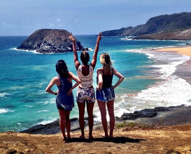 Talitha divide o visual da Praia do Leão com as amigas e atrizes Fernanda Vasconcellos e Julia Faria (Foto: Arquivo Pessoal)