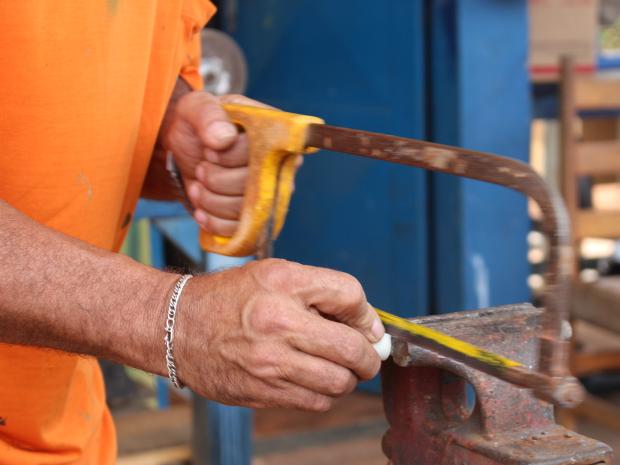 Tamanho do tampão também foi reduzido com uso de serra, para caber o cano do chuveiro (Foto: Gabriela Pavão/ G1 MS)