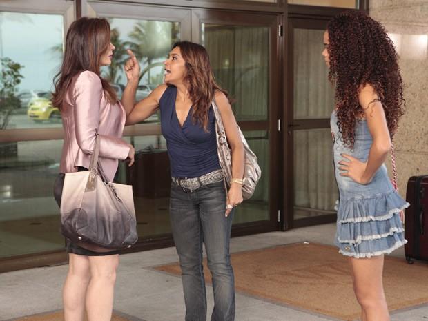 Que escândalo! Lucimar xinga Lívia na frente de hotel (Foto: Salve Jorge/TV Globo)