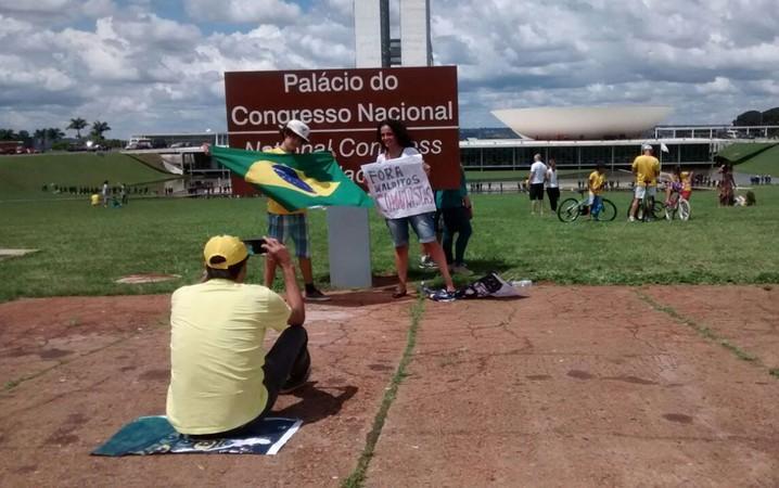 Manifestantes fazem fotos após o fim da manifestação em Brasília