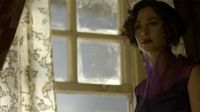 Tereza vê Santo da janela de seu quarto e se surpreende com a chegada de Carlos Eduardo (Foto: TV Globo)