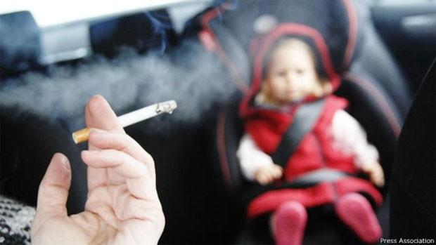 Motoristas não poderão mais fumar em carros que tiverem crianças como passageiros (Foto: PA)