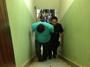 Vigilante chega calado para julgamento. Se condenado por todas as acusações, pode pegar 30 anos de prisão em regime fechado (Foto: Assem Neto/G1 RO)