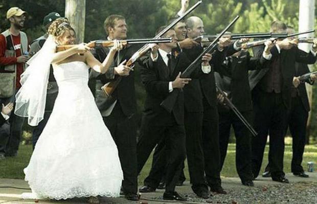 Convidados armados atiram junto com a noiva em foto de casamento. (Foto: Reprodução)