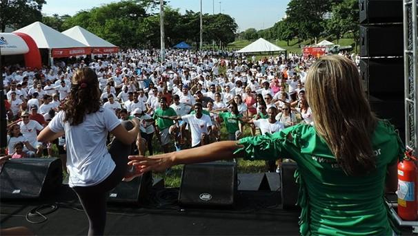 Alongamento coletivo aqueceu os participamentes da Caminhada pela Vida (Foto: Kawanny Barros / GloboEsporte.com)
