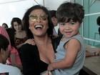 Juliana Paes leva os dois filhos a espetáculo no Rio