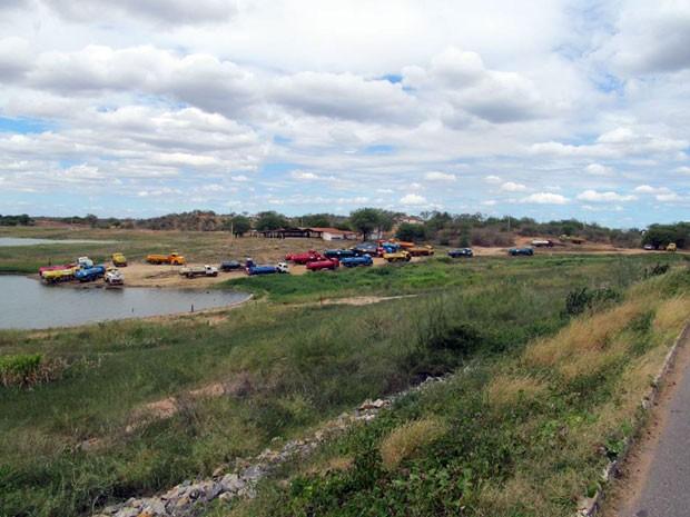 Carros-pipa retiram água do açude Itans, em Caicó (Foto: João Paulo Amaral/G1)