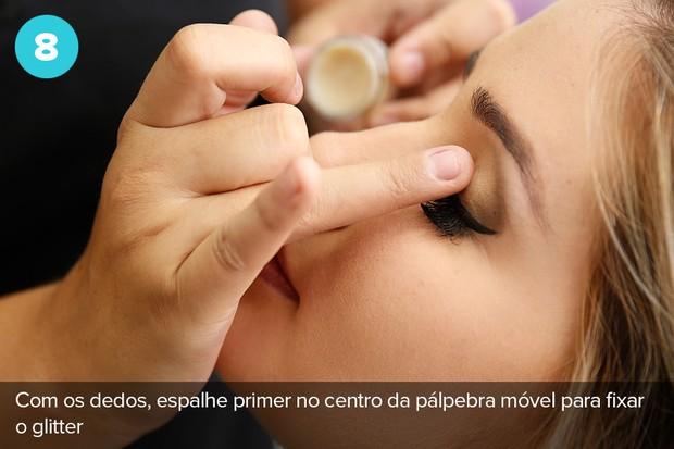 Oitavo passo: aplique prime no centro da pálpebra móvel para fixar o glitter   (Foto: Marcos Serra Lima/EGO)