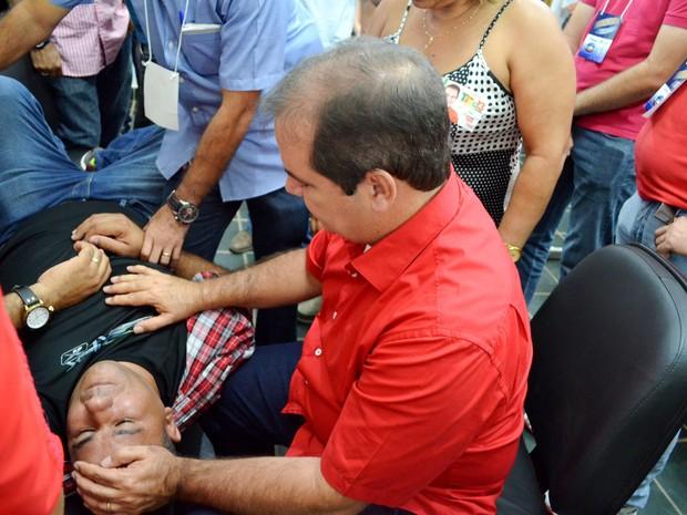 Segurança foi socorrido pelo candidato à reeleição Tião Viana, após o debate (Foto: Yuri Marcel/G1)