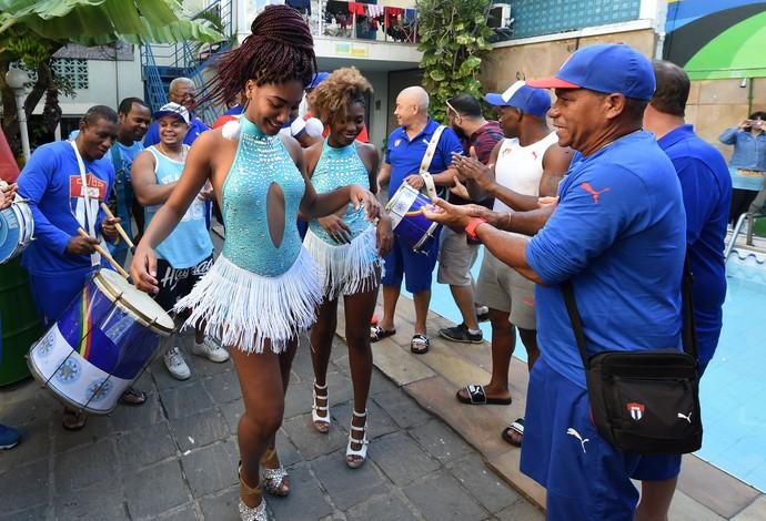 Samba no pé e festa para os atletas da luta olímpica de Cuba instalados em hostel (Foto: André Durão)