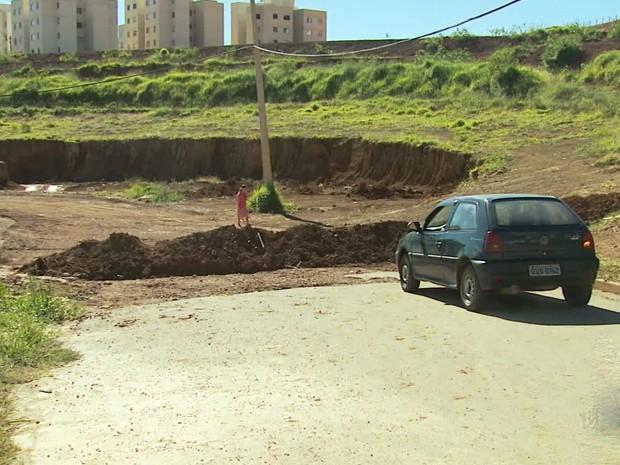 Carro é barrado por terra colocada para fechar rua em Poços de Caldas (Foto: Marcelo Rodrigues / EPTV)